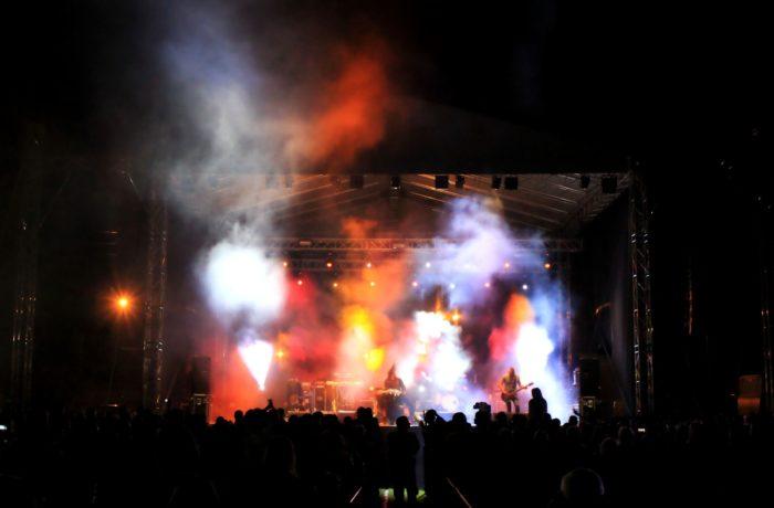Muzyka, światło i dym
